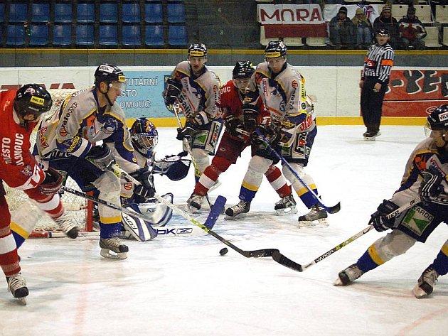 Draci se brání útoku Olomouce ve středečním utkání 1. hokejové ligy.