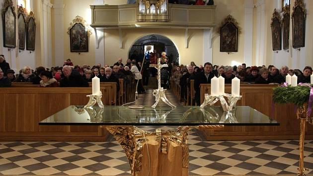 Požehnáním obětního stolu se v neděli 4. prosince završila obnova kostela svaté Barbory v Zábřehu.