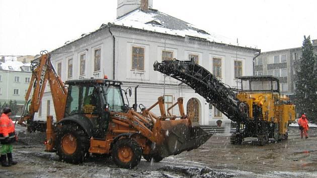 Stavební stroje v akci na námětí v Jeseníku