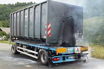 Kvůli technické závadě na nápravě začala v Domašově na Jesenicku ve čtvrtek 6. září hořet pneumatika přívěsu nákladního auta, který převážel železný šrot.