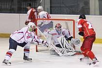 Olomoučtí hokejisté (v červeném) porazili v zápase 5. kola první ligy Třebíč 5:2.
