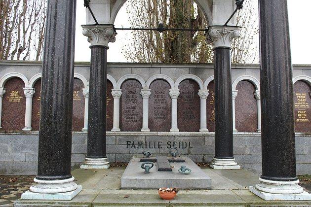 Hrobka rodiny Seidlových. Karl Seidl byl (1858 – 1936), architekt a výtvarník, narozen vŠumperku. Zpracoval nejstarší část šumperského hřbitova. Právě tam najdeme při hřbitovní zdi nejhonosnější hrobky někdejších šumperských podnikatelských rodů. Povětši