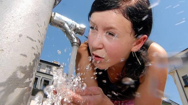 Lidé na Jesenicku musí šetřit vodou. Zatím však situace není nijak dramatická.