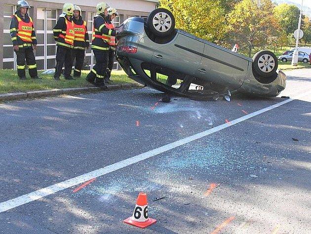 Na střeše skončil seat devětatřicetileté ženy po nárazu do zaparkované škodovky