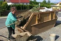 Úklid po přívalu bahna v Zábřehu stále pokračuje