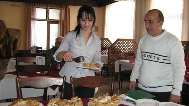 Goeghetsik Avetisyan za dohledu táty Artura Avetisyana nabírá několik kousků desertů na ochutnávku pro první hosty nové curkárny.