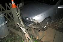 Řidič skončil jízdu v Žulové v plotě.