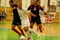 Futsalisté Delty Real (bílé dresy) v utkání s Benagem