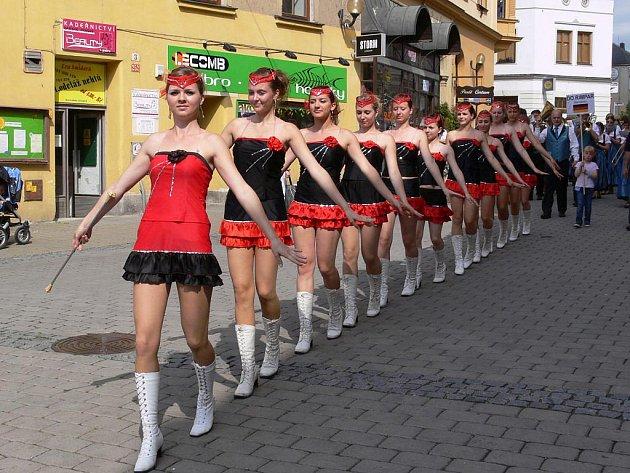 Mažoretky v ulicích Šumperku během sobotní Hudby bez hranic