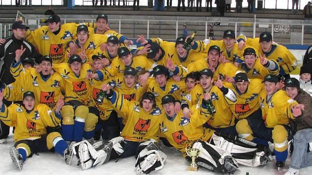 Juniorský tým Mladých Draků slaví postup do extraligy po posledním utkání v sezoně, ve které porazili Havlíčkův Brod 5:4.