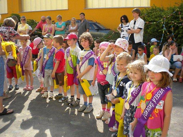 Děti a rodiče Veselé školky během zábavného odpoledne