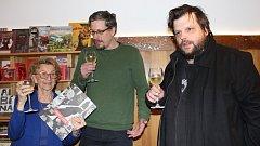 Dana Vargová, scénárista Ondřej Elbel a nakladatel Petr Minařik při křtu komiksové knihy o Juliu Vargovi.