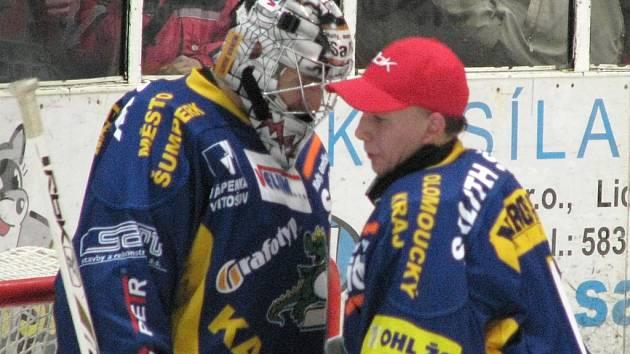 Pavel Maláč (v helmě) a druhý gólman Draků Lukáš Daneček