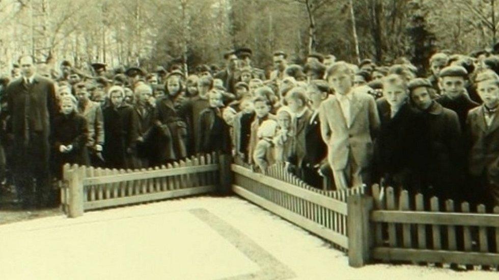 Podoba místa hromadného hrobu v mikulovické Muně na konci 50. let 20. století.