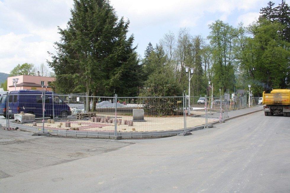 Parčík v centru Velkých Losin se mění v náměstí.