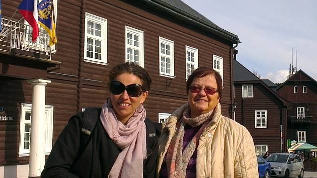 Novinářka The New York Times Sarah Wildman (vlevo) v Karlově studánce.