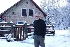 Stefan Szewczyk před svým domem v Travné, kam se už dva roky marně snaží zavést telefon a internet.