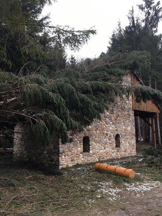 Škody po nedělní vichřici ve zlatokopeckém skanzenu ve Zlatých Horách.