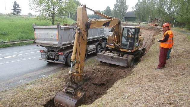 Práce na stavbě nové kanalizační sítě a rekonstrukci té stavající v pěti městech okresu Šumperk po dlouhých odkladech odstartovaly.