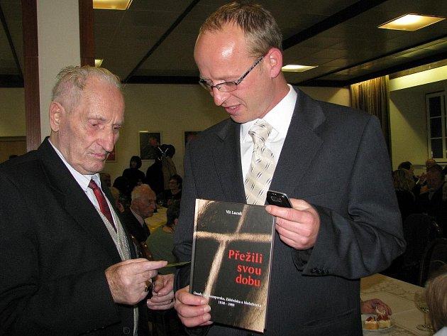 Autor knihy Přežili svou dobu Vít Lucuk (vpravo) s jedním z pamětníků z knihy Vasilem Derďukem
