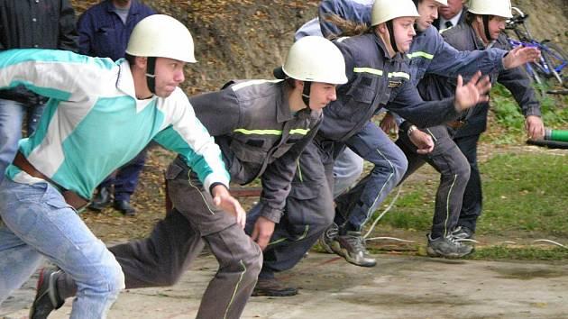Start družstva hasičů na jedné ze soutěží Velké ceny.