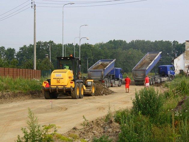 Takto vypadal obchvat Javorníku v červenci letošního roku. Od té doby pokročila stavba natolik, že na silnici vyjedou za týden auta.