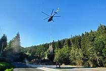 Ilustrační snímek. Transport vyrubané kleče v Jeseníkách zajišťuje vrtulník. Září 2020
