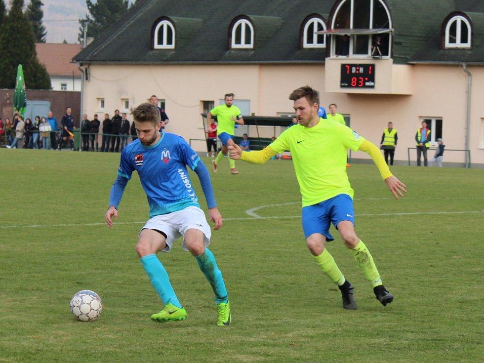 Tomáš Indra (v modrém) v zápase proti Dolanům kterým vstřelil čtyři branky.