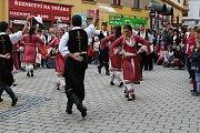 Divácky nejoblíbenější je roztančená ulice. Všechny zúčastněné soubory projdou v průvodu Šumperkem, na několika místech se zastaví a zatančí či zazpívají. Obrovský úspěch sklízeli i tanečníci z Kypru