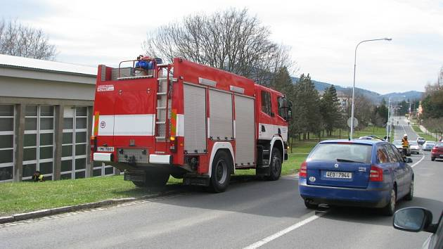 Hasiči asistují u dopravní nehody v Lidické ulici v Šumperku.