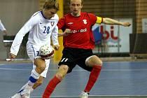 Petr Vladyka (vpravo), jedna z hvězd futsalistů Chrudimi