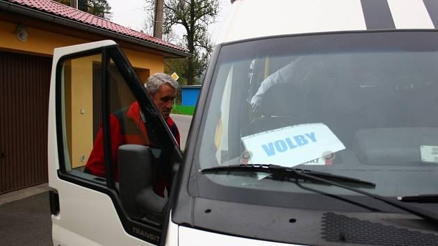 Obyvatele osad v okolí Hanušovic sváží k volbám mikrobus.