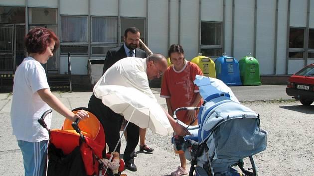 Poslanec Tomáš Kvapil spolu s krajským radním Pavlem Horákem rozdávali dětem z Krtečka sladkosti.