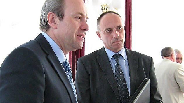 Ministr pro místní rozvoj Rostislav Vondruška a starosta Jeseníku Petr Procházka (zleva)