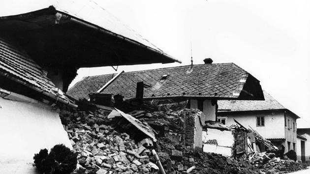 Zřícené domy v Mitrovicích v červenci 1997