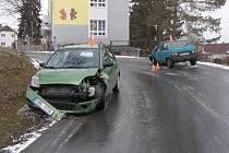 Řidička fordu vjela příliš rychle do zatáčky, auto pak dostalo smyk a následoval střet se škodovkou v protisměru.