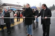 Šumperský starosta Zdeněk Brož (uprostřed) přestříhává pásku při slavnostním otevření nového patrkoviště před Šumperskou nemocnicí