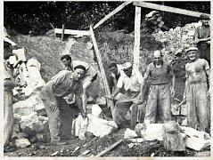 PARTA DĚLNÍKŮ. Práce na koupališti Vlčí důl v roce 1959