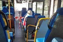 Vnitřní prostor autobusu předěluje páska, k řidiči se lidé nedostanou.