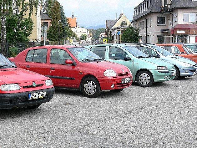 Auta, kam se podíváš, v Šumperku je s parkováním potíž