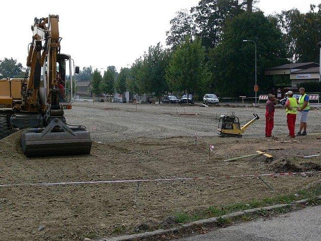Technika i dělníci již pracují na výstavbě nového parkoviště u šumperské nemocnice