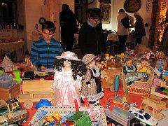 Adventní výstava v Kosově přinesla dobovou vánoční výzdobu a dětem ukázala, s čím si jejich rodiče v  70. a 80. letech minulého století hráli.