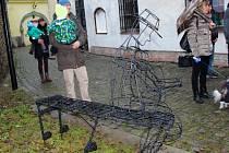 Bluesovou lavičku odhalil ve čtvrtek 17. listopadu v Polské ulici v Šumperku místní okrašlovací spolek. Jejím autorem je mladý sochař David Bachroň.