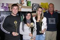 Na snímku jeden z organizátorů Pavel Borek s maturanty drží v rukou poháry pro vítěze barmanské soutěže