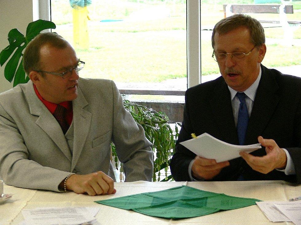 Starosta Loučné Pavel Martínek podepisuje smlouvy s hejtmanem Martinem Tesaříkem