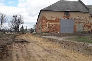 Mezi osadou Kohout a vesnicí Bílý Potok buduje firma Eurovia asfaltovou cestu. Akce by měla být hotová v červnu.
