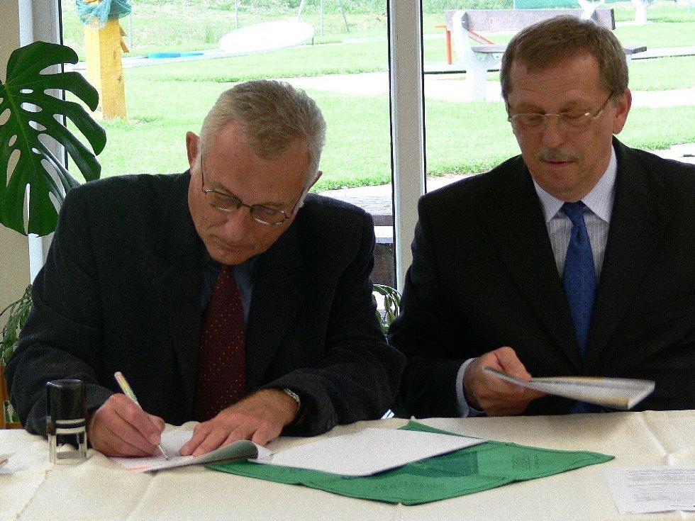 Starosta Starého Města Vladimír Černín podepisuje smlouvy s hejtmanem Martinem Tesaříkem