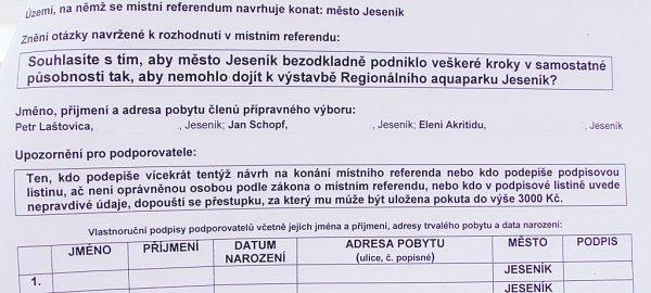 Podpisová listina knávrhu na vyhlášení referenda ojesenickém aquaparku.