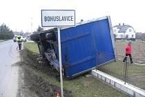V Bohuslavicích havaroval řidič, kterému se u kamionu oodpojil přívěs