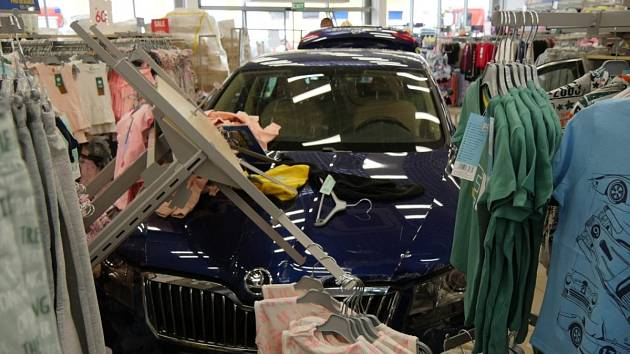 Osobní vůz vjel ve čtvrtek 13. května do prostor obchodu v nákupní zóně v Jeseníku.